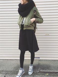 カーキのMA-1にはちょっと短めなので、フレアスカートと合わせてもバランスよく着ることができます。すらっと見せるために首周りにボリュームを出すのもおすすめです! Japan Winter Fashion, Tokyo Fashion, Autumn Winter Fashion, Runway Fashion, Fashion Trends, Milan Fashion Weeks, New York Fashion, Daily Fashion, Modest Fashion