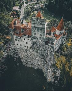 Bran Castle in Romania Here we offer just a top 5 Transylvanian castles menu that should be on your active travel plate. Here's our selection for an unforgettable castle break. Transylvania Castle, Transylvania Romania, Beautiful Castles, Beautiful Buildings, Beautiful Places, Chateau Medieval, Medieval Castle, Gothic Castle, Romanian Castles