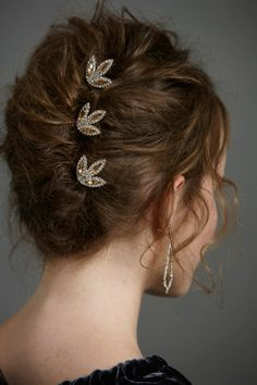 The combs tucked in this French twist are gorgeous. French twist on curly hair Evening Hairstyles, Party Hairstyles, Wedding Hairstyles, Wedding Updo, Fall Hairstyles, African Hairstyles, Formal Hairstyles, Curly Girls, Virtual Hairstyles