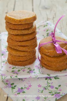 Questi biscotti al caramello sono qualcosa di davvero speciale. Sembra di mangiare una caramella mou con la consistenza di un biscotto. Sono assolutamente da provare