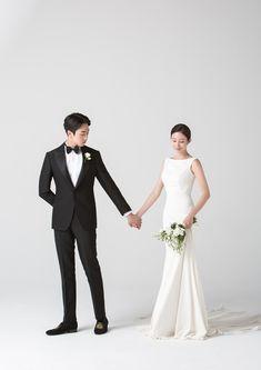 Wedding Photography Poses, Wedding Portraits, Marriage Poses, Korean Photoshoot, Chinese Wedding Decor, Princess Style Wedding Dresses, Multicultural Wedding, Pre Wedding Photoshoot, Modern Wedding Invitations