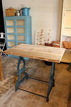 青い鉄脚×古木天板の作業台 ショップのディスプレイ台としても