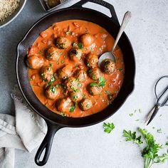 """New Post! #Vegan """"Meatballs"""" made with mushrooms, green lentils and sunflower seeds + coated in a creamy tomato & coconut sauce. 🤗 Tasty, cozy fall vibes on the blog today, in partnership with @MuirGlen Organic Tomatoes. #OnlyTheBest #Sponsored. Direct link to the recipe in my bio👆🏼 ** {Nouveau!} Boulettes végé faites de champignons, lentilles et graines de tournesol + enrobées d'une sauce crémeuse aux tomates et coco, en collaboration avec @MuirGlen Organic. #Commandité 🤗 Un petit…"""