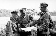 Hasso von Manteuffel (links) bei der Beratung mit Offizieren der Division Großdeutschland (Litauen, August 1944)