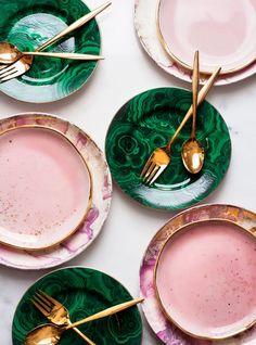 Een servies dat zo in een bohemian keuken past. De combinatie groen, goud en roze heeft iets gezelligs maar ook iets luxes.