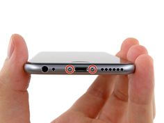 paso 1 Antes de desarmar tu iPhone, descarga la batería por debajo del 25%. Una batería de iones de litio cargada puede prenderse fuego o explotar si se pincha accidentalmente.   Apagado de tu iPhone antes de comenzar el desmontaje.   Retire los dos tornillos de 3,6 mm Pentalobe junto al conector Lightning.