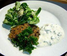orientalische Kibbeh mit Joghurt-Petersilien-Dip und Feldsalat mit Sprossen-Sesam-Dressing