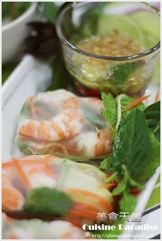 """In Vietnam there is a non-fried and refreshing spring roll known as """" Gỏi cuốn """" which include ingredients such as boiled or fried pork, s. Vietnamese Salad Rolls, Vietnamese Spring Rolls, Vietnamese Food, Vietnamese Recipes, Asian Recipes, Great Recipes, Ethnic Recipes, Asian Foods, Asian Snacks"""