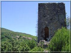 Le château de Castillon proche de la commune de Bessèges dans le Gard peut vous paraître un peu en ruine. Certes, je ne nie pas que le temps a été destructeur pour cette construction médiévale. Pourtant, avec un peu d'attention, il est possible de voir les logis, les casernements, les communs et l'incroyable citerne.