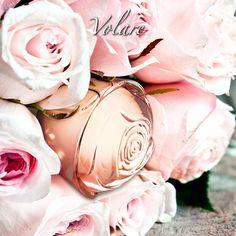 ¡Hay detalles que enamoran! Delicado, #sensual y embriagador. Un aroma rebosante de elegancia que reinterpreta la esencia de los pétalos de #Rosa combinados con hojas de Violeta que recrean un aura lleno de #romanticismo.