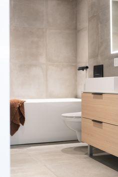 Kotimaisesti kalustettu kylpyhuone kutsuu tunnelmallisiin spa-hetkiin. | Unique Home Turku Bathtub, Bathroom, Home, Standing Bath, Washroom, Bathtubs, Bath Tube, Full Bath, Ad Home