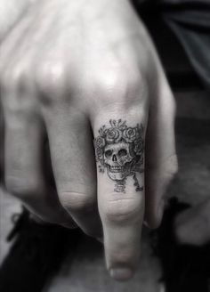 probably one of the best finger skull tattoos I've see. Artist: Dr. Woo…