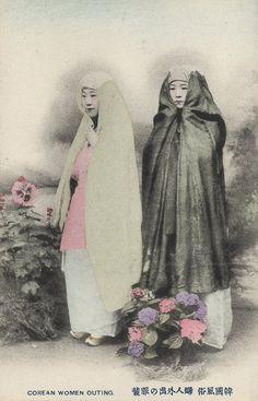 sisterwolf: Korean women on an outing - 1904 via Cornell University Library's photostream Korean Photo, Korean Art, Korean Image, Photos Du, Old Photos, Vintage Photos, Korean Traditional, Traditional Outfits, Historical Photos