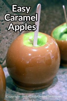 These Caramel Apples are made in minutes. A fun family activity to celebrate Autumn. How to make Caramel Apples the Easy Way. Also learn how to eat them the right way! Carmel Apple Recipe, Caramel Apple Pops, Gourmet Caramel Apples, Mini Caramel Apples, Caramel Candy, Caramel Recipes, Carmel Apples Homemade, Carmal Apples, Candy Melts