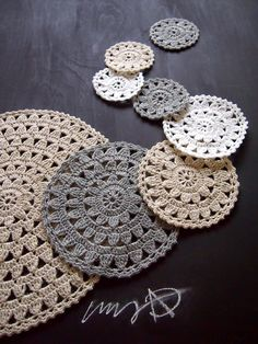 Crochet Circle Pattern, Crochet Circles, Crochet Mandala, Crochet Diagram, Crochet Granny, Diy Crochet, Crochet Stitches, Crochet Patterns, Lace Doilies