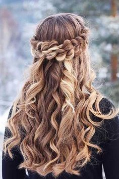 Romantic Half Up Half Down Hairstyles With Braids ★ Here are gorgeous prom and graduation hairstyles to make you look like a supermodel. And your graduation night will be such a memorable occasion. Grad Hairstyles, Dance Hairstyles, Cute Hairstyles For Short Hair, Winter Hairstyles, Crown Hairstyles, Braided Hairstyles, Wedding Hairstyles, Curly Hair Styles, Hairstyle Ideas