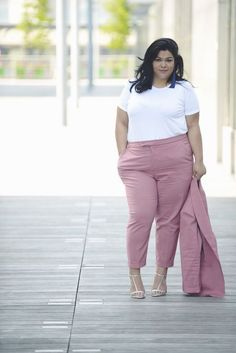 If you are just tired of searching the chic style and extremely stylish plus size winter outfits for your curvy figure read on to know about the graceful winter outfits for curvy women. Office Fashion Women, Plus Size Fashion For Women, Curvy Women Fashion, Plus Size Women, Trendy Fashion, Womens Fashion, Casual Dresses Plus Size, Plus Size Outfits, Look Plus Size