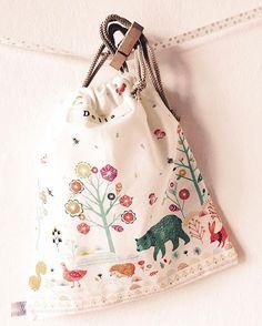 Aspettando che Delia si decida a venire a vedere com'è questo mondo, le abbiamo preparato i sacchettini per il cambio in ospedale.  Preparations waiting Delia, my friend's first #daughter. #smallbags to go to hospital. #newborn #smallbag #bustine #sacchetticambio #ideeregalo #nascita #stoffe #fabrics #fashionkids_and_moms