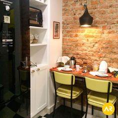 Ambiente charmoso para abrigar a rotina de um casal. A cozinha ganhou uma repaginada com otimização de espaços e detalhes de decor com cores marcantes. Projeto: Studio AR Design