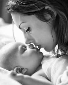Beautiful photo of mother and baby. Beautiful photo of mother and baby. Beautiful photo of mother and baby. Beautiful photo of mother and baby. Foto Newborn, Newborn Baby Photos, Baby Poses, Newborn Shoot, Newborn Baby Photography, Newborn Pictures, Mother Baby Photography, Baby Newborn, White Photography