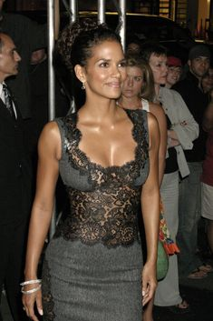 Look Your Best With This Fashion Advice Halle Berry Style, Halle Berry Hot, Helle Berry, Pictures Of Halle Berry, Simplicity Fashion, Afro, Style Outfits, Mode Vintage, Grey Fashion