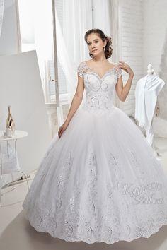 Vállra jövő hercegnős esküvői ruha. Csipkés szoknyarésze és felsőrésze ezüstösen csillogó Swarovski kristályokkal dúsan díszített. Wedding Dresses, Fashion, Projects, Bride Dresses, Moda, Bridal Gowns, Fashion Styles, Weeding Dresses, Wedding Dressses