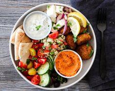 FALAFEL-BOWL MED PAPRIKAHUMMUS   TRINES MATBLOGG Frisk, Falafel, Tahini, Couscous, Hummus, Cobb Salad, Feta, Recipes, Beef Bourguignon