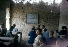 Clase de Química en Afghanistán en los 60. | Matemolivares