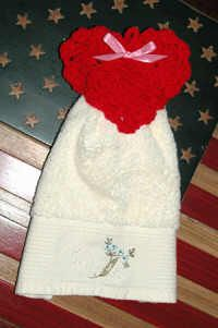 Textured Heart Towel Topper Designed by: Cylinda Mathews Crochet Dish Towels, Crochet Towel Topper, Crochet Kitchen Towels, Crochet Potholders, Crochet Ideas, Crochet Projects, Free Crochet, Knit Crochet, Crochet Patterns