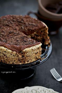 Lekki tort czekoladowy z orzechami i owocami