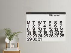 Negli archivi del prestigioso MoMA di New York non ci sono molti calendari e i due pezzi più famosi sono entrambi opera di designer italiani. Uno è Timor, il calendario perpetuo realizzato da Enzo Mari per Danese nel '67, e l'altro è il calendario Stendig di Massimo Vignelli, progettato nel 1966 per l'omonima azienda di arredamento fondata da Charles Stendig. Griglia rigida, font Helvetica, due colori (nero su bianco, ma alcuni fogli in ordine casuale sono invertiti: bianco su ner...