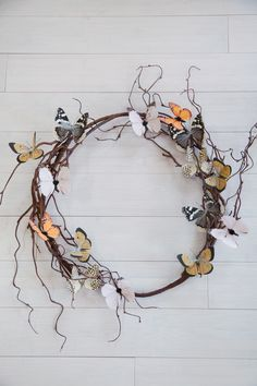 How to Make a Butterfly Wreath – Making Nice in the Midwest Couronne de papillon bricolage faite avec des fournitures de Hobby Lobby Wreath Crafts, Diy Wreath, Wreath Making, Wreaths For Front Door, Door Wreaths, Front Doors, How To Make Wreaths, Crafts To Make, Diy Papillon