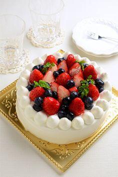 いちごとブルーベリーで作ったムース風のクリームがはさんであるそうです。フルーツケーキは、やはり人気が高いですね。