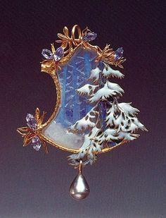 Pendentif Lalique, or, émail, perle, pierres semi-précieuses, verre, forêt enneigée