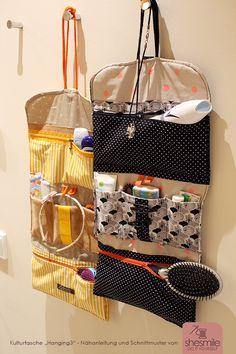 """Eine Kulturtasche """"Hanging3"""" in gelb-orange mit Designelementen aus Kork. Im Einsatz im Urlaub."""