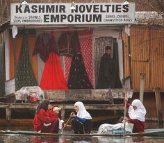 IlPost - Ragazze su una canoa oltrepassano un negozio galleggiante sul lago Dal a Srinagar, Kashmir, 14 gennaio 2002. Le case e i negozi galleggianti di questa cittadina erano visitati da molti turisti prima che la situazione diventasse pericolosa a causa degli - Ragazze su una canoa oltrepassano un negozio galleggiante sul lago Dal a Srinagar, Kashmir, 14 gennaio 2002. Le case e i negozi galleggianti di questa cittadina erano visitati da molti turisti prima che la situazione diventasse ...