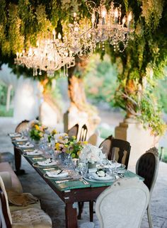 outdoor chandeliers over beautiful table setting Color Concept, Festa Party, Deco Table, Decoration Table, Outdoor Entertaining, Outdoor Parties, Outdoor Dining, Patio Dining, Outdoor Spaces