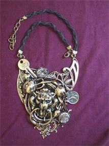 Collane: assemblaggio creativo di oggetti metallici di uso quotidiano