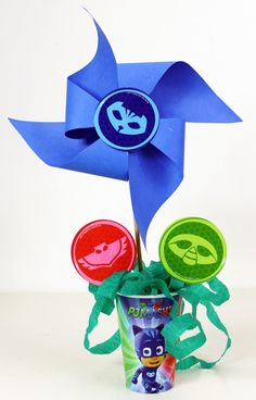 COMO FAZER CENTRO DE MESA FESTA PJ MASKS DE CATAVENTO Festa Pj Masks, 5th Birthday, Sonic The Hedgehog, Wind Spinners, Ideas, Paper Strips, Centerpieces, Meet