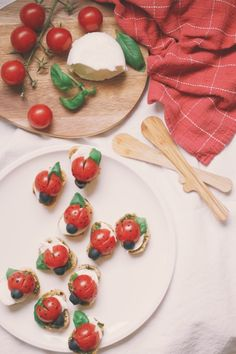 Inspiration and happiness since 2004 Caprese Salad, Bruschetta, Camilla, Baguette, Mozzarella, Pesto, Cooking, Ethnic Recipes, Happiness
