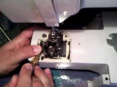 Remettre le support de la canette d'une machine à coudre singer