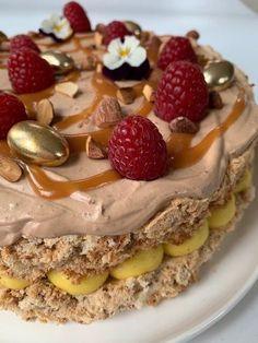 Bakeprosjektet - Led deg inn i fristelse. Norwegian Food, Pistachio Cake, Cookie Calories, Colorful Cakes, Happy Foods, Pavlova, No Bake Desserts, Let Them Eat Cake, Amazing Cakes