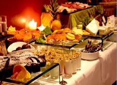 Vi siete ai chiesti cosè esattamente un brunch da dove si origini questa parola e perché vengano adottati particolari tipi di cibo in un brunch? Il branch è un tipo di pranzo a buffet