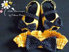 Disponíveis nos tamanhos  P ---0-3 meses - 10 cm    M ---4-10 meses - 11,5 cm    Número 7 - Até um ano - 13cm      Essa Sapatilha é indicada para bebês que ainda não andam, por não ter sola antiderrapante.  Entre em contato para ver disponibilidade de estampas e cores. Bb Shoes, Doll Shoes, Baby Shoes Pattern, Shoe Pattern, Baby Sandals, Baby Booties, Baby Kids Clothes, Doll Clothes, Girls Wedding Shoes