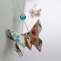 Malinkatí+krojoví+motýlci+-+origami+náušnice+Představuji+vám+krásné,+elegantní+a+hlavně+originální+náušnice.+Tyto+náušnice+jsou+složeny+ze+speciálního+origami+papíru+zdobeného+jemným+vzorem.+Tentokráte+jsem+si+při+skládání+vybrala+krásu+a+půvab+motýlků.+Motýlci+jsou+zavěšení+na+háčcích+z+chirurgické+oceli,+které+jsou+proti+vypadnutí+zajištěny+silikonovou...