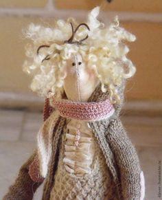 Купить или заказать кукла 'Милашка' в интернет-магазине на Ярмарке Мастеров. Автор Маркина Валерия. Интерьерная кукла. Сделана с душой. выполнена в бежево-розовых тонах, очень милая девчушка, придаст уют и добавит изюминку вашему дому. Кукла упаковывается в мешочек из органзы. У куклы вязанная кофточка, жилетка и гольфики, сумочку можно снять.