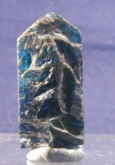 アパタイト(燐灰石)apatite モース硬度 5  名前の由来はギリシャ語のapate(惑わし)で晶癖が一定しない 所から来ているということです。 柔らかいですが、正確にカットすると色が強く出て美しい宝石になります。 繊維状組織を持つアパタイトはキャッツアイ効果が出るようにカボッションカットされます。 透明度が高く品質の良い原石をファセットカットすると、きれいな宝石になりますが、 そのような原石はなかなか手に入りません。