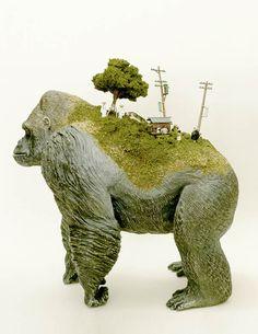 """La série """"Sekai"""" de l'artiste japonais Maico Akiba, qui imagine desmondes miniatures et surréalistes sur le dos de petits animaux en plastique... Nous avion"""