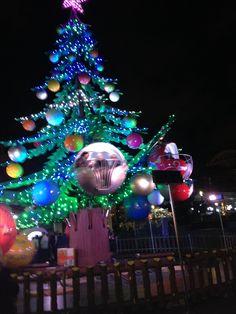 Un sapin-manège à Toulouse / A christmas-tree carrousel in Toulouse, France © M. Laroche Bouvier - Office de tourisme de Toulouse #visiteztoulouse