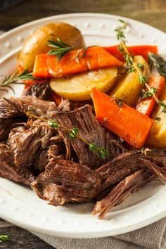 Crock-Pot Venison Roast - If you have a hunter in the family you are going to love this recipe for Crock-Pot Venison Roast! The venison pot roast & vegetables come out super tender! [Low Fat, Low Sugar & Just 7 Weight Watchers SmartPoints Per Serving! Slow Cooker Roast, Slow Cooker Recipes, Pot Roast Vegetables, Venison Meat, Venison Roast Crockpot, Recipes For Venison Roast, Pork Roast, Italian Roast Beef, Healthy Recipes